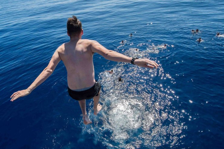 a-sailor-from-the-uss-mobile-bay-jumps-into-the-pacific-ocean